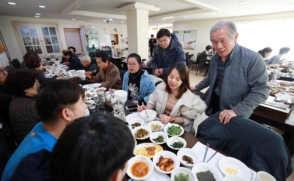 Retired professors help international students adapt to Korea
